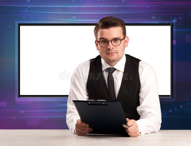 Fernsehsendungswirt mit großem Kopienschirm in seinem zurück lizenzfreie stockbilder