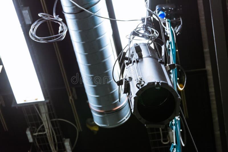 Fernsehstudio-einzelnes Licht, das über dem Flourescent Leerlauf abgestellt hängt lizenzfreies stockbild