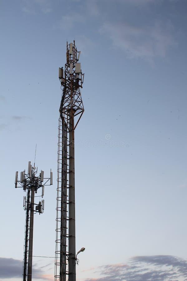 Fernsehtürme herein auf Hintergrund des blauen Himmels stockbild