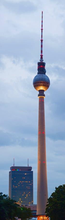Fernsehturm (башня телевидения) к ноча в Берлине стоковые фото
