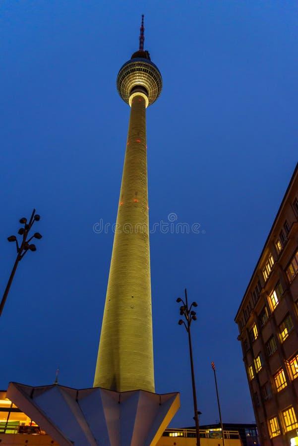 Fernsehturm или башня телевидения вечером beriberi r стоковые фото
