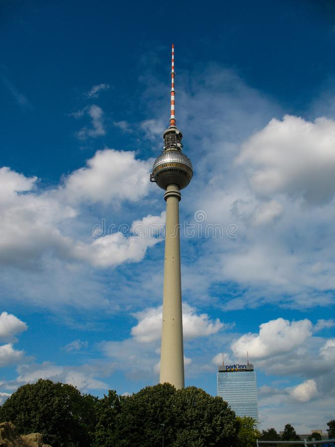 Fernsehturm Berlim, Alemanha - torre da televisão no dia ensolarado foto de stock royalty free