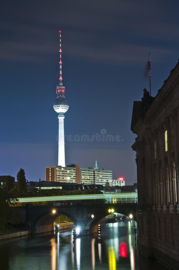 Fernsehturm a Berlino alla notte immagini stock