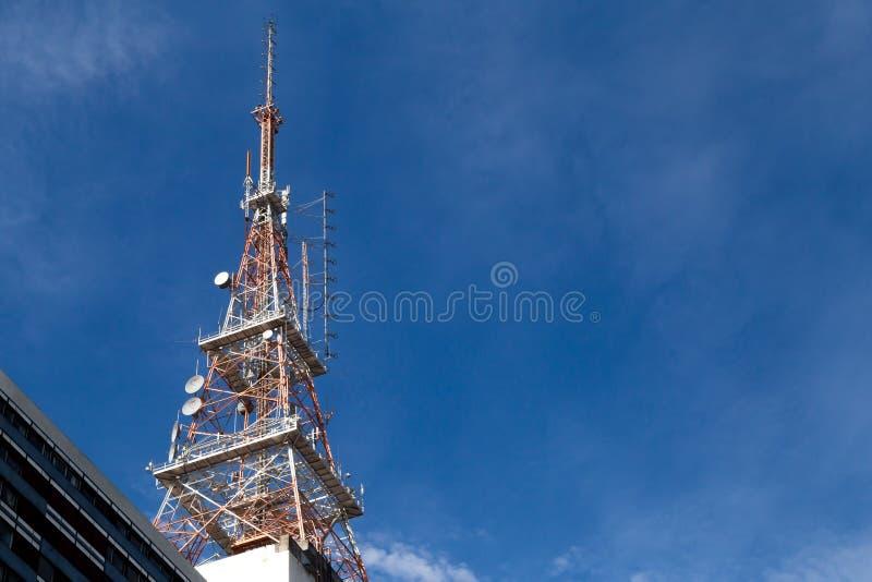 Fernsehturm in der Gebrüllansicht mit einem blauen Himmel stockbilder
