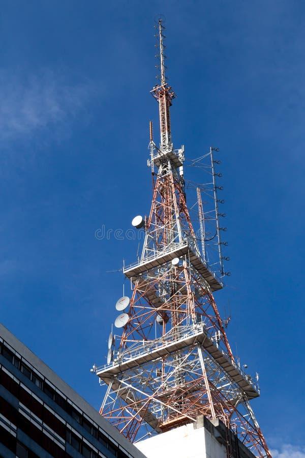 Fernsehturm in der Gebrüllansicht mit einem blauen Himmel stockbild