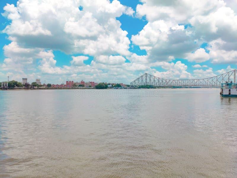 Fernsicht auf die Howrah-Brücke vom Schiff aus stockbild