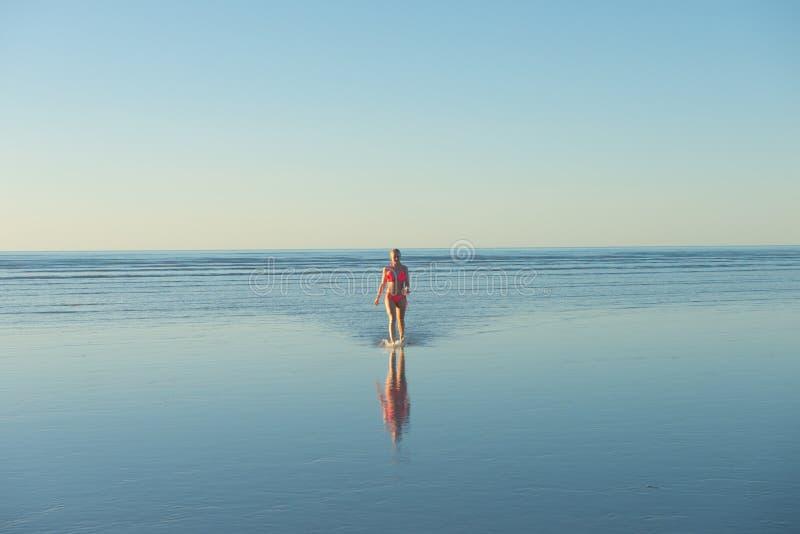 Fernstrand Australien des jungen blonden Bikinimädchens lizenzfreies stockbild