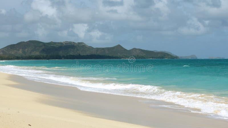 Fernstrand in Oahu, Hawaii mit einer Insel-Ansicht stockfotografie