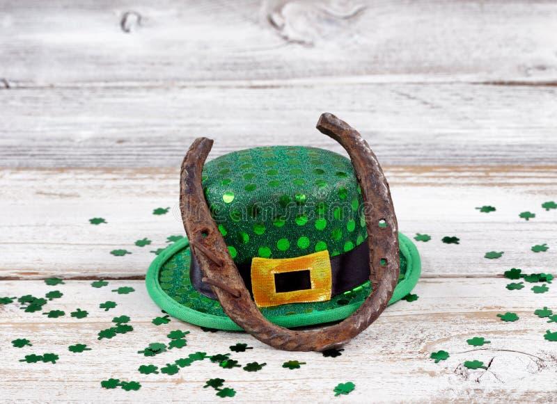 Ferradura oxidada com chapéu e trevos para o dia de St Patrick foto de stock royalty free