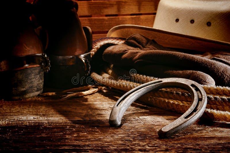 Ferradura velha e engrenagem do cowboy ocidental americano do rodeio imagens de stock royalty free
