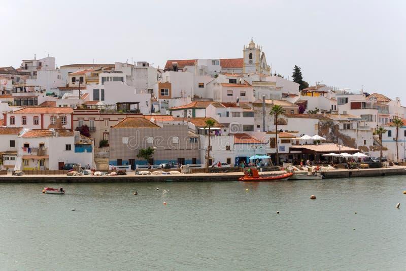 Ferragudo村庄美丽如画的看法在阿尔加威,葡萄牙 库存图片