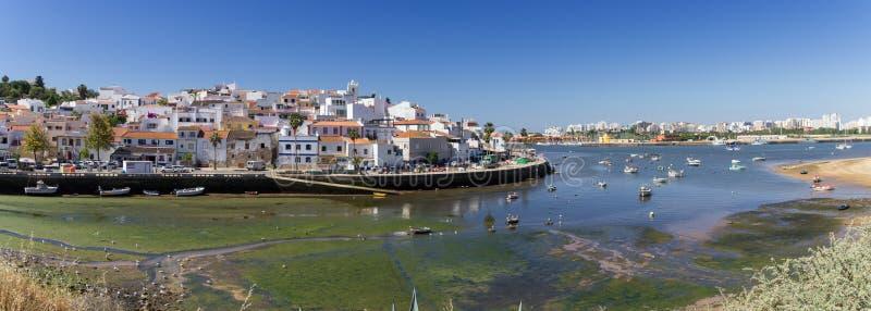 Ferragudo镇在阿尔加威葡萄牙 免版税库存照片