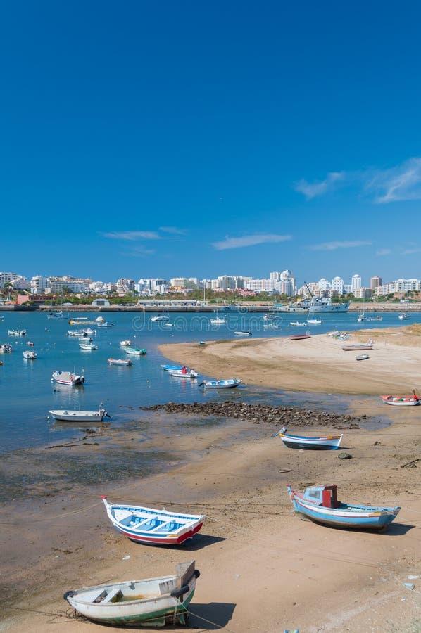 Ferragudo, Portogallo Piccolo pescatore e città turistic in Algarve fotografia stock libera da diritti