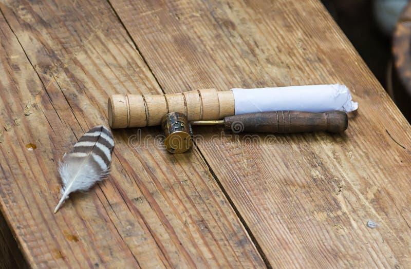Ferramenta antiga tradicional em produtos da carcaça da concha do distribuidor da ligação com pátina em um de madeira fotos de stock