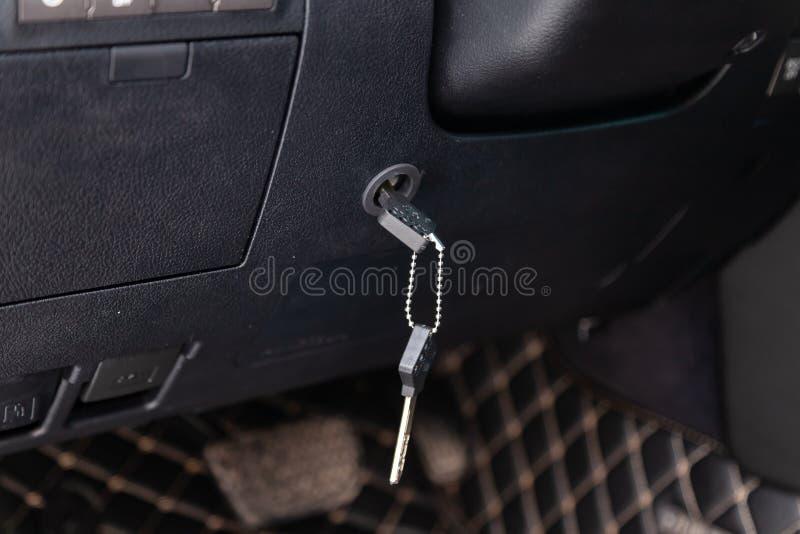 Ferramenta contra-roubo moderna para o carro sob a forma do fechamento da direção, que é travado com uma chave e instalado na  imagens de stock royalty free