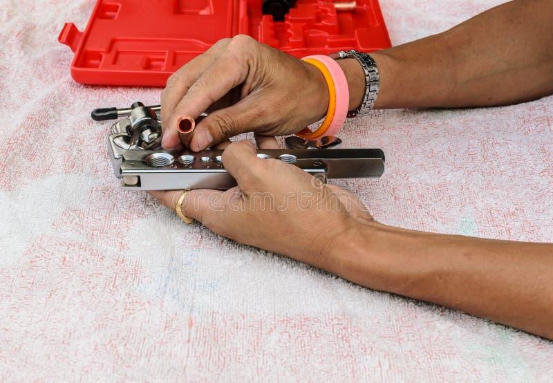 A ferramenta da demonstração usada para o alargamento de cobre da tubulação fotos de stock
