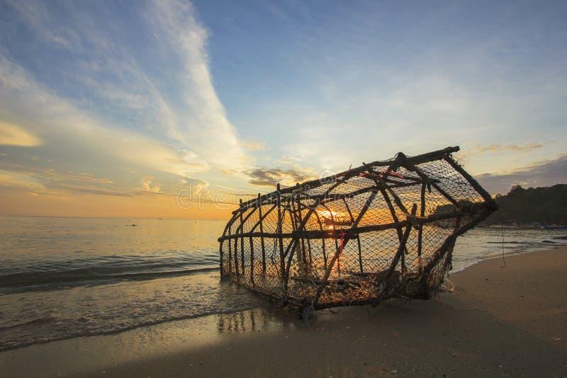 Ferramenta da pesca no estilo tailandês na praia que tem a vista do mar e do céu bonitos na manhã como o fundo fotos de stock