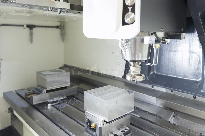 A ferramenta da trituração de cara com a matéria prima foto de stock