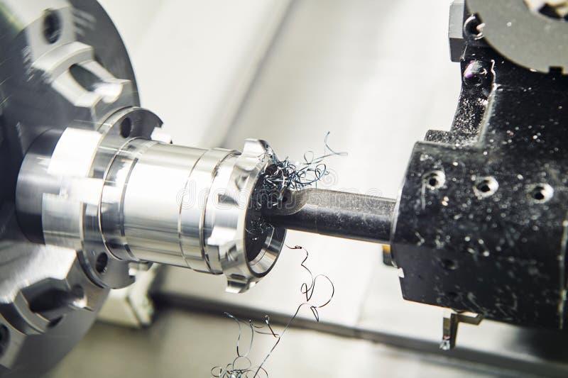 Ferramenta de corte que rebaixa um furo no funcionamento do metal foto de stock