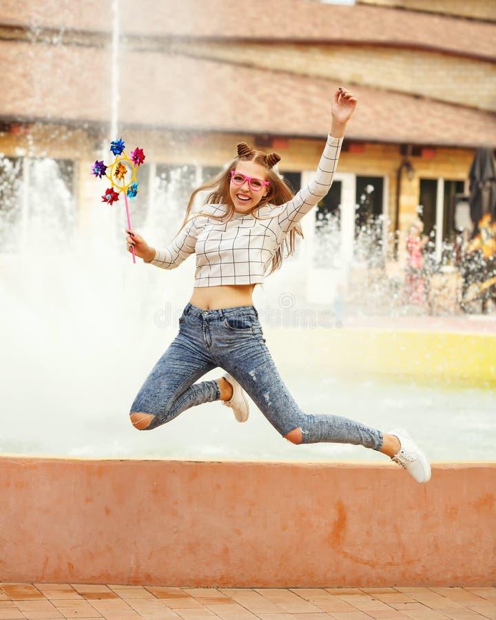 Ferramenta de salto da disposição do girador da menina adolescente foto de stock