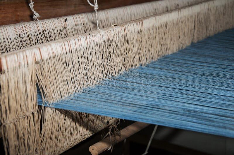 Ferramenta de tecelagem de madeira velha no museu de arte imagens de stock