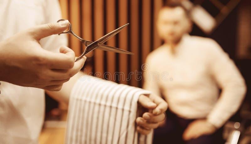Ferramenta do cabeleireiro, tesouras de corte no fim da mão do homem acima fotos de stock