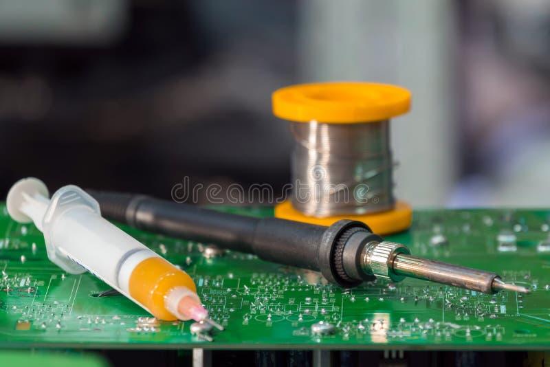 Ferramenta e acessórios para soldar de placas eletrônicas foto de stock