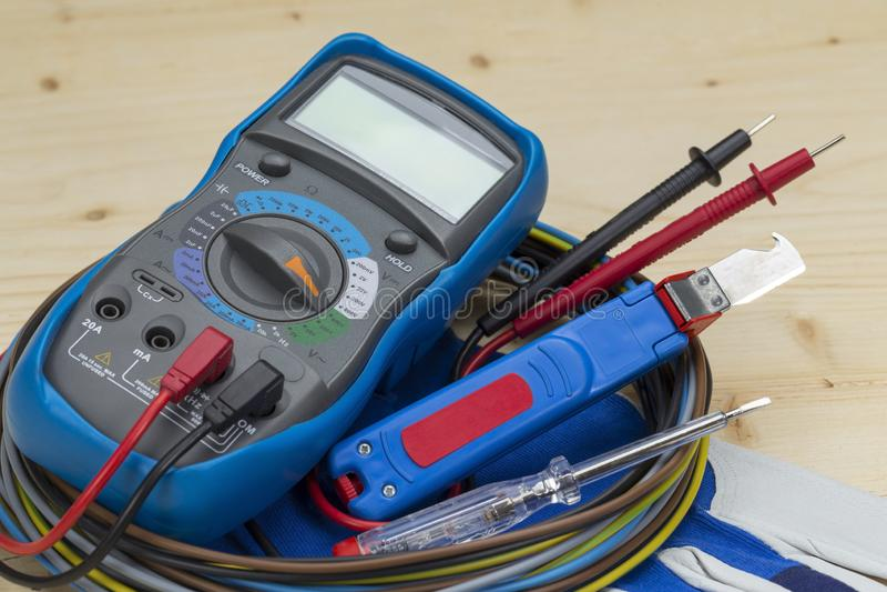 Ferramenta elétrica do dispositivo de medição do multímetro para a medida da tensão fotografia de stock royalty free