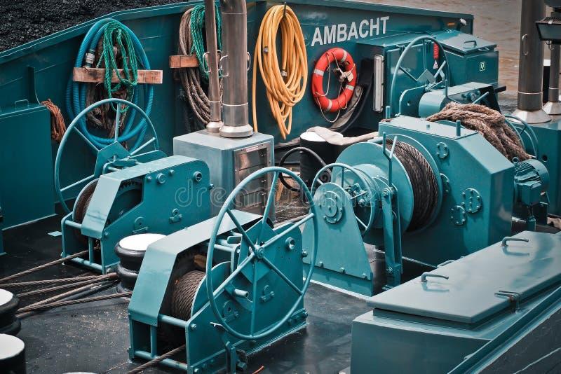 Ferramenta elétrica verde do metal do navio ao lado da mangueira revestida amarela imagem de stock royalty free