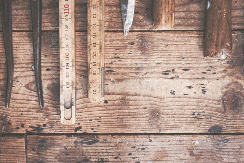 Ferramentas antigas velhas em placas de madeira rústicas fotografia de stock