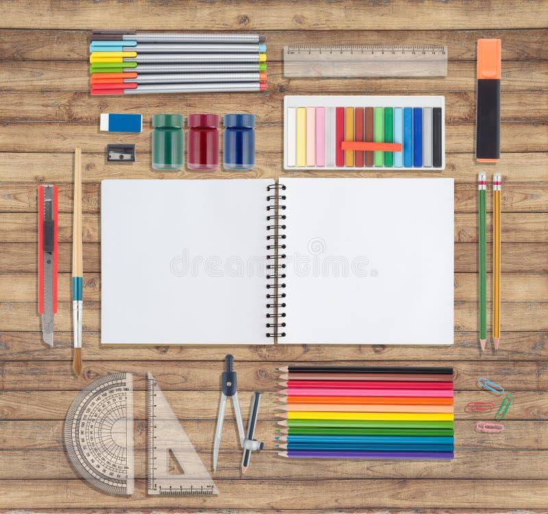 Ferramentas cor-de-rosa do caderno e da escola ou do escritório no fundo de madeira fotografia de stock