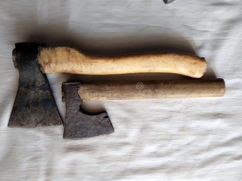 Ferramentas da construção, 2 machados pequenos com punhos de madeira, um fundo branco imagem de stock royalty free