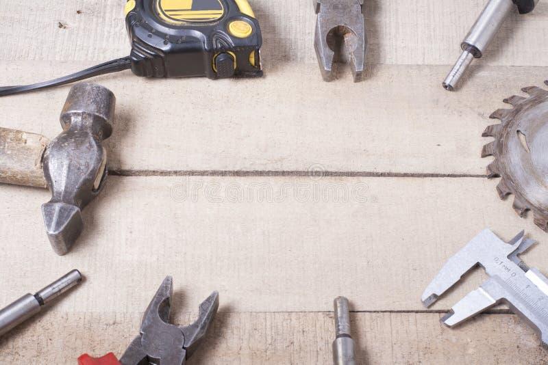 Ferramentas da construção no fundo de madeira Copie o espaço para o texto Grupo de ferramenta sortido do trabalho na tabela de ma fotos de stock