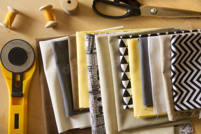 Ferramentas da costura para o projeto feito a mão ou a edredão fotos de stock royalty free