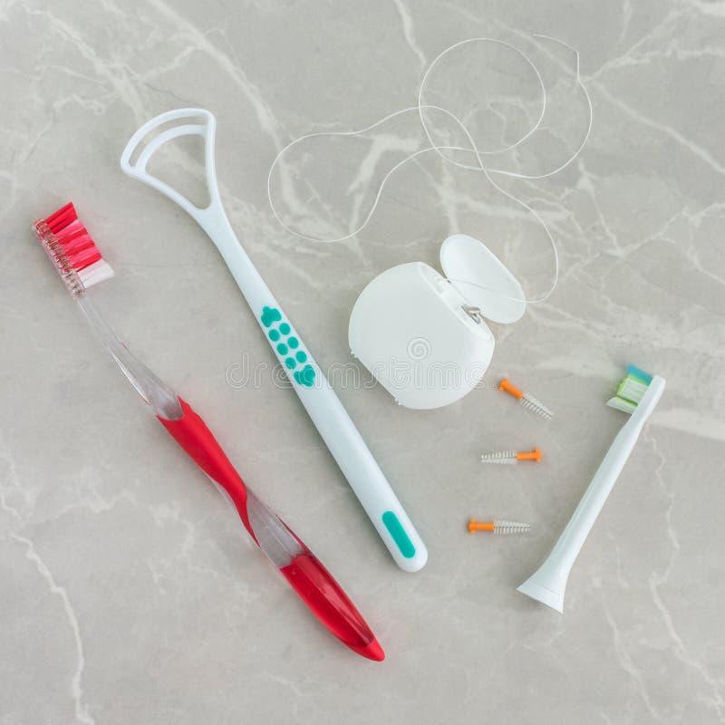 Ferramentas da higiene oral em um fundo de mármore fotografia de stock royalty free