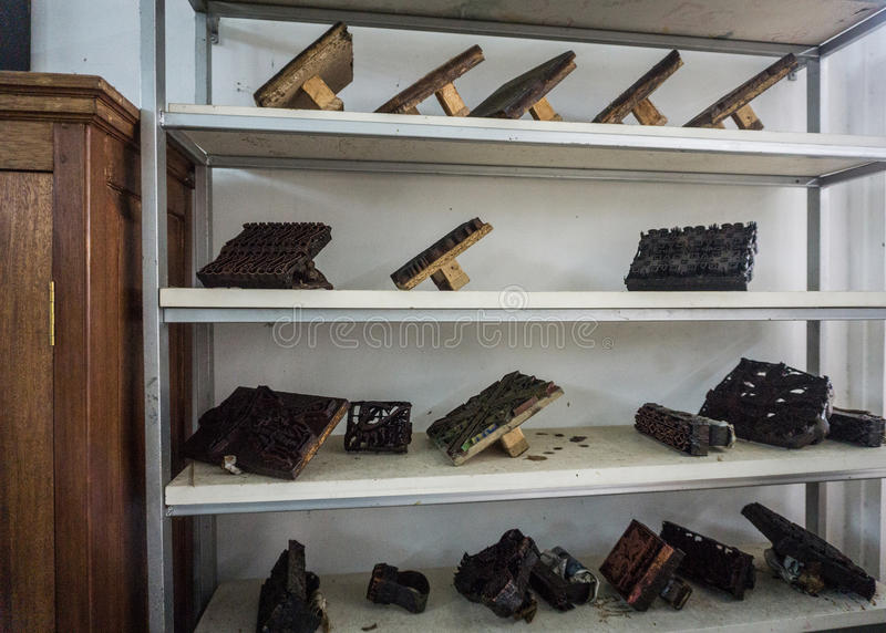 Ferramentas da impressão indicadas em um museu recolhido Pekalongan Indonésia do Batik da cremalheira foto branca imagens de stock royalty free