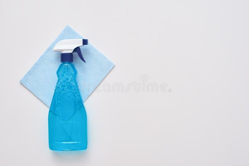 Ferramentas da limpeza Pulverize a garrafa e o pano mais limpo azul isolados imagem de stock