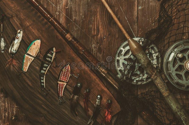 Ferramentas da pesca em uma tabela de madeira foto de stock