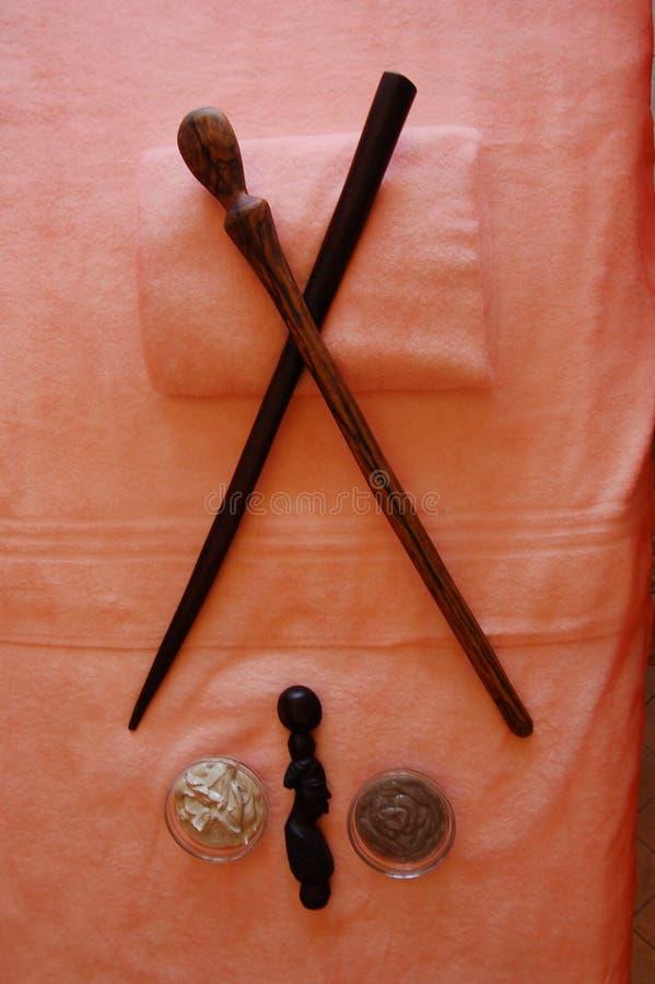 ferramentas da Tribo Zulu-vara-massagem nos termas do cabo Gra do hotel de luxo foto de stock royalty free