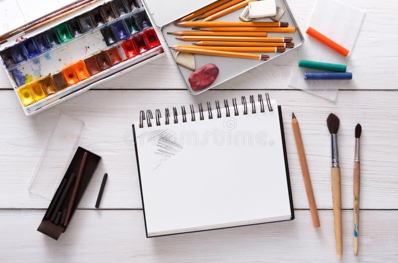Ferramentas de desenho, estacionárias, local de trabalho do artista foto de stock