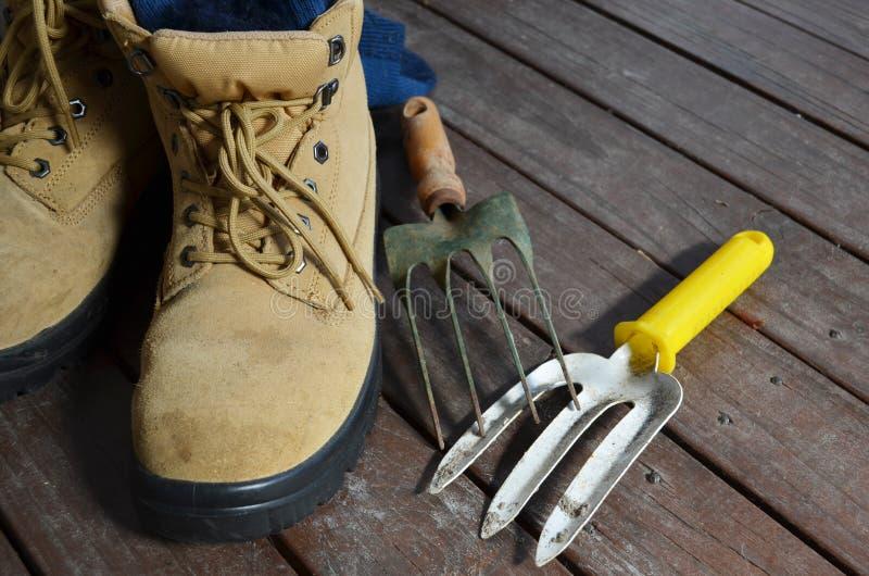 Ferramentas de jardinagem com botas do trabalho fotos de stock royalty free