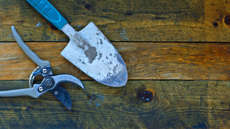 Ferramentas de jardinagem em placas de madeira rústicas imagens de stock