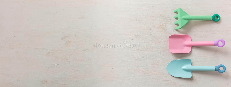 Ferramentas de jardinagem em uma opinião superior do fundo branco da placa de madeira, isolada, bandeira das crianças imagens de stock royalty free