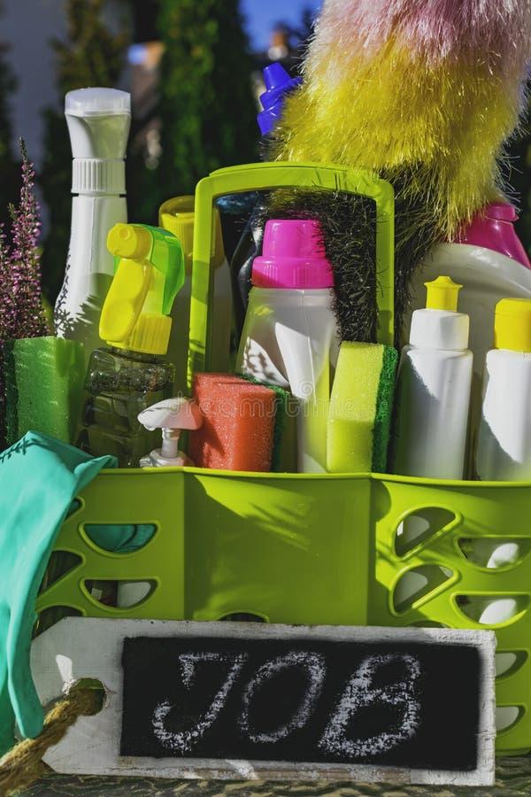 Ferramentas de limpeza conceito de serviço de limpeza de casas Conceito de pesquisa de pessoal e limpeza de casas O conceito de l fotos de stock