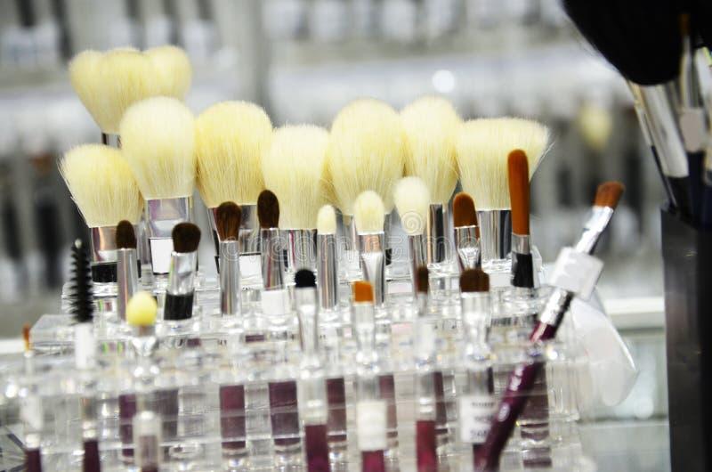 Ferramentas de produtos cosméticos da escova da forma da beleza das mulheres para facial Várias escovas da composição no fundo cl fotografia de stock