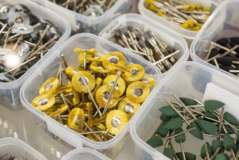 Ferramentas dentais, rodas de moedura, brocas abrasivas e cones de moedura fotografia de stock royalty free