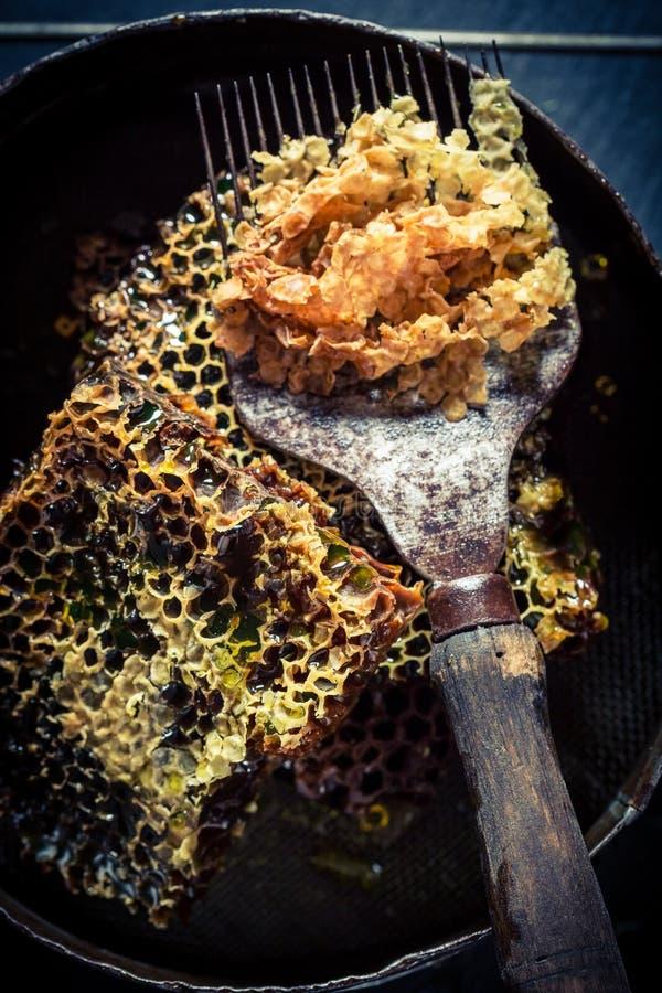 Ferramentas do apicultor com mel e favo de mel imagens de stock