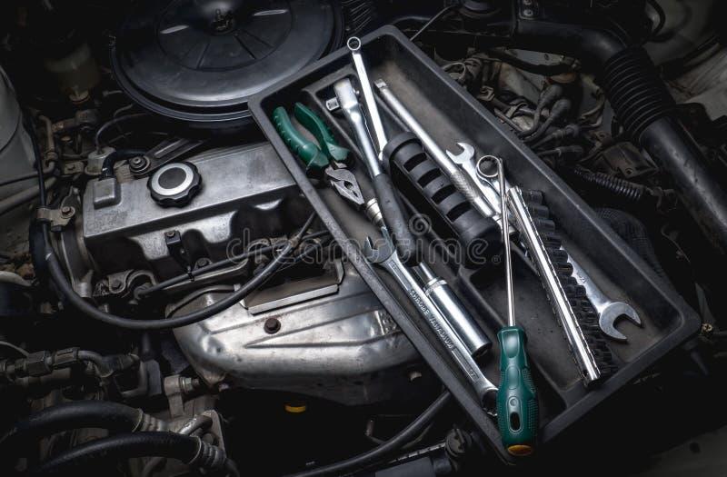 Ferramentas do auto mecânico com motor fotografia de stock royalty free