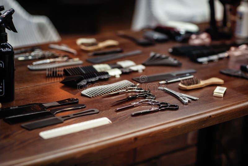 Ferramentas do barbeiro na tabela de madeira Acessórios para a rapagem e os cortes de cabelo imagem de stock
