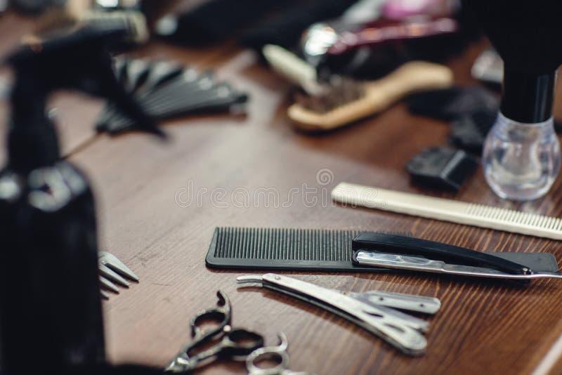 Ferramentas do barbeiro na tabela de madeira Acessórios para a rapagem e os cortes de cabelo imagens de stock royalty free